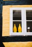 Pares de floreros amarillos en ventana Imagen de archivo