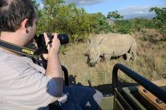 Pares de fotografia do turista de rhnoceros protegidos Fotografia de Stock