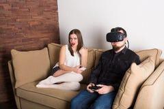 Pares de gamers em casa imagem de stock