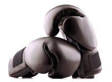 Pares de guantes de boxeo de cuero negros aislados en blanco Foto de archivo