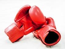 Pares de guantes de boxeo de cuero rojos aislados en blanco fotografía de archivo