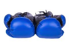 Pares de guantes de boxeo de cuero azules en un fondo blanco, isolat Fotos de archivo libres de regalías