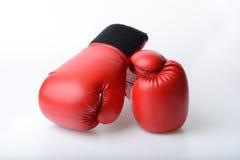 Pares de guantes de boxeo de cuero rojos aislados en blanco Imagen de archivo