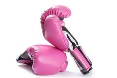 Pares de guantes de boxeo rosados aislados en blanco Fotos de archivo libres de regalías