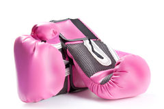 Pares de guantes de boxeo rosados aislados en blanco Fotografía de archivo