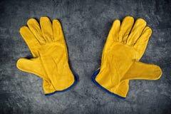 Pares de guantes de cuero amarillos de la construcción Foto de archivo