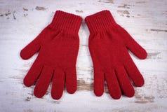 Pares de guantes de lana para la mujer en viejo fondo de madera Fotografía de archivo