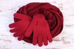 Pares de guantes y de mantón de lana para la mujer en viejo fondo de madera Fotos de archivo