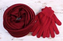 Pares de guantes y de mantón de lana para la mujer en viejo fondo de madera Imagen de archivo