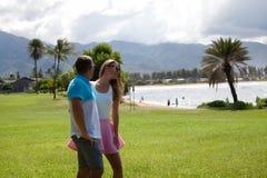 Pares de Hawaii felices en la playa hawaiana Fotos de archivo