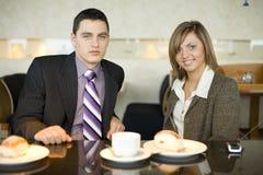 Pares de hombres de negocios en el descanso para tomar café Imagen de archivo libre de regalías