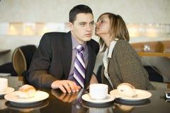 Pares de hombres de negocios en el descanso para tomar café - susurrando Imagenes de archivo