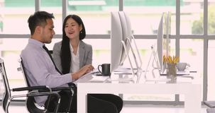 Pares de hombres de negocios asiáticos, almacen de video