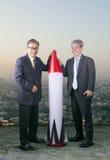 Pares de homem de negócio asiático com míssil do foguete, FO conceptuais foto de stock royalty free