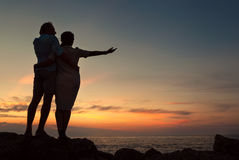 Pares de Inlove no seacoast no tempo do por do sol Fotografia de Stock