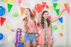 pares de jovens mulheres alegres que comemoram junto sobre o sim novo imagem de stock