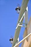 Pares de lámpara en la construcción bajo el cielo azul Fotografía de archivo