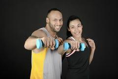 Pares de la aptitud con pesas de gimnasia Foto de archivo libre de regalías