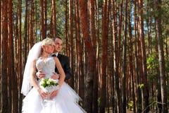 Pares de la boda al aire libre Fotografía de archivo libre de regalías