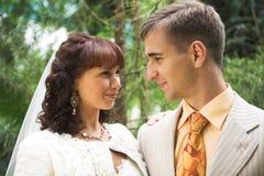Pares de la boda al aire libre imagen de archivo libre de regalías
