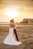 Pares de la boda cerca del lago Foto de archivo
