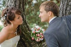 Pares de la boda con el ramo Imágenes de archivo libres de regalías