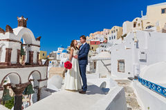 Pares de la boda con el ramo de flores Imagenes de archivo
