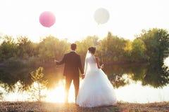 Pares de la boda con los globos Fotos de archivo libres de regalías