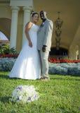 Pares de la boda de la raza mezclada Imagenes de archivo