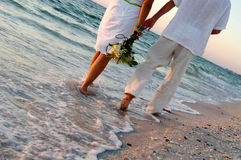 Pares de la boda de playa Fotos de archivo libres de regalías