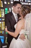 Pares de la boda delante de la ventana de cristal manchada Imagen de archivo