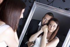 Pares de la boda delante del espejo Imagen de archivo libre de regalías