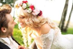 Pares de la boda durante el honeymon Fotografía de archivo