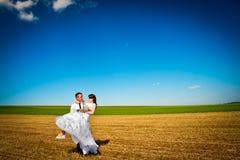 Pares de la boda en el campo Fotografía de archivo