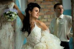 Pares de la boda en el lugar del grunge Fotografía de archivo libre de regalías
