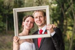 Pares de la boda en el marco Fotografía de archivo