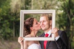 Pares de la boda en el marco imagen de archivo
