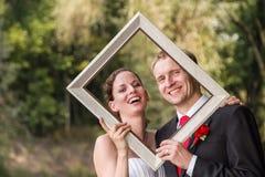Pares de la boda en el marco foto de archivo