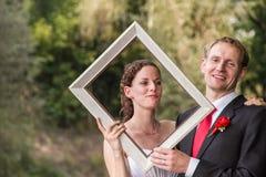Pares de la boda en el marco fotografía de archivo libre de regalías