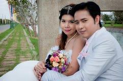 Pares de la boda en el parque Fotos de archivo libres de regalías