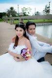 Pares de la boda en el parque Foto de archivo libre de regalías
