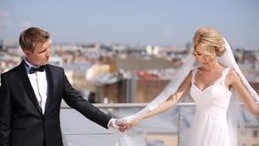 Pares de la boda en el tejado metrajes