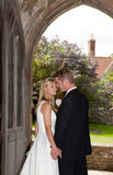 Pares de la boda en entrada de la iglesia Fotos de archivo