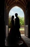 Pares de la boda en entrada de la iglesia Imágenes de archivo libres de regalías