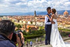 Pares de la boda en Florence Firenze, Toscana, Italia foto de archivo libre de regalías
