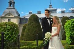 Pares de la boda en jardín del castillo fotos de archivo