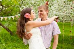 Pares de la boda en jardín del parque de la primavera fotografía de archivo libre de regalías