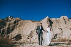 Pares de la boda en la carrera de la arcilla Fotos de archivo libres de regalías
