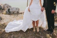 Pares de la boda en las montañas Fotografía de archivo libre de regalías
