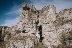 Pares de la boda en las montañas Imagenes de archivo